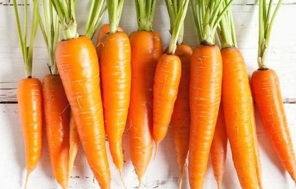 Chuẩn bị cà rốt để bắt đầu học cách tỉa cà rốt trang trí món ăn