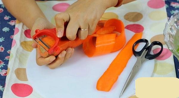 Sơ chế làm sạch rồi nạo cà rốt thành từng lát mỏng để cuốn hoa hồng